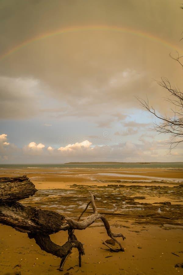 Arco-íris sobre o mar em Fraser Island em Austrália imagens de stock