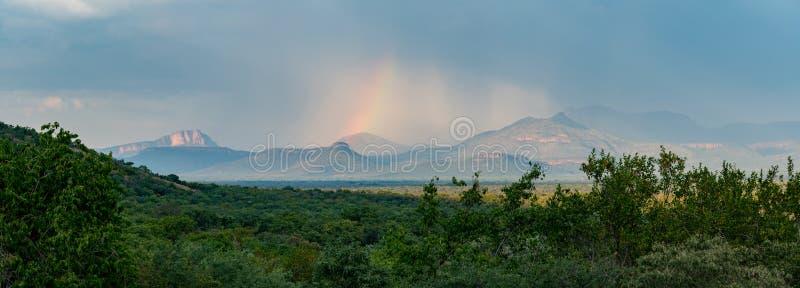 Arco-íris sobre o Waterberg fotografia de stock