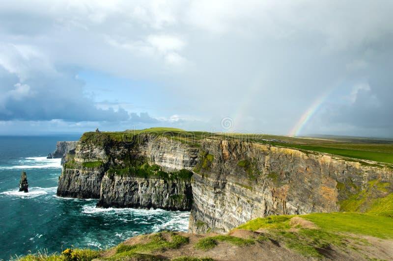 Arco-íris sobre penhascos de Moher foto de stock