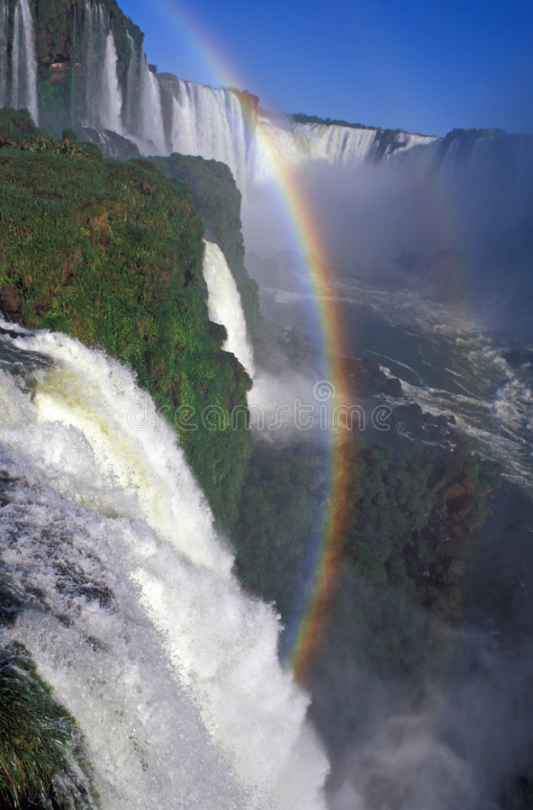 Arco-íris sobre quedas de Iguacu imagem de stock