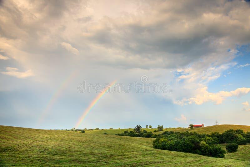 Arco-íris sobre a terra em Kentucly central fotografia de stock