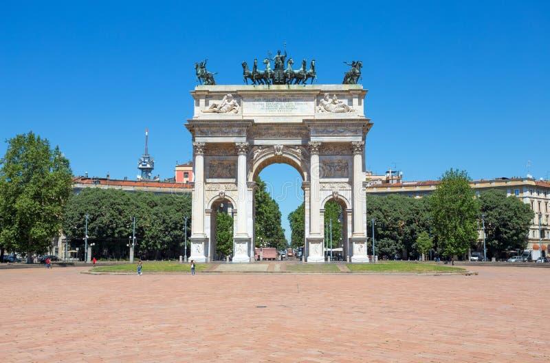 Arco ρυθμός della, αψίδα της ειρήνης, κοντά στο πάρκο Sempione στο κέντρο πόλεων του Μιλάνου, Ιταλία στοκ φωτογραφίες