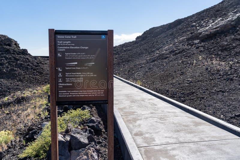 Arco, Айдахо - 30-ое июня 2019: Знак для следа конусов снега в кратерах национального монумента луны, управляемых соотечественник стоковое изображение