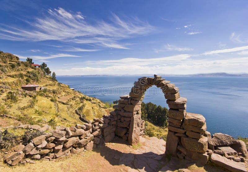 Arco acima do lago do titicaca em peru foto de stock royalty free