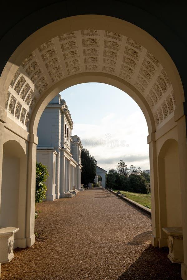 Arco adornado en el parque y el museo nuevamente renovados en el estado de Gunnersbury, Londres del oeste Reino Unido de Gunnersb fotografía de archivo