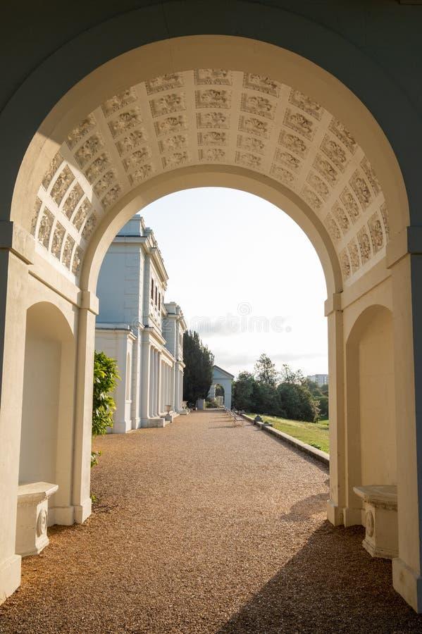 Arco adornado en el parque y el museo nuevamente renovados en el estado de Gunnersbury, Londres del oeste Reino Unido de Gunnersb foto de archivo