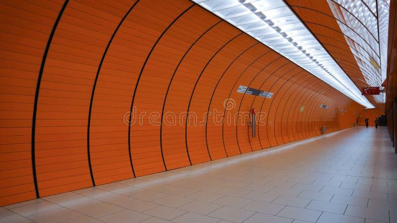 Arco alaranjado do marienplatz de munich do tubo da estação de metro foto de stock