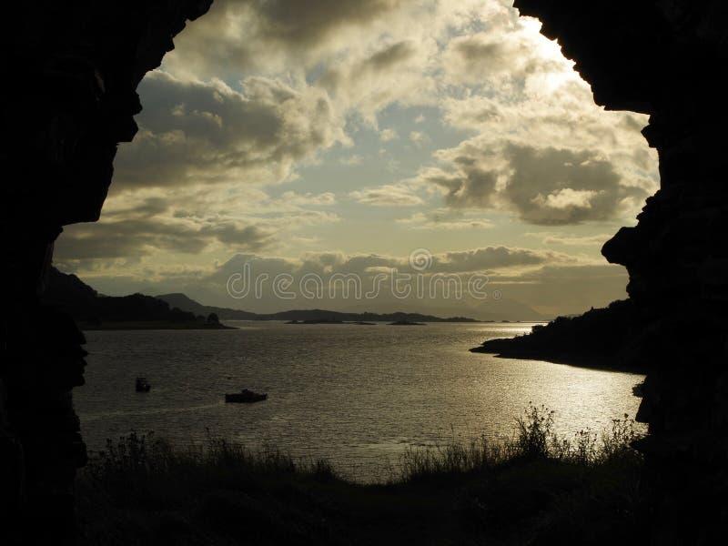 Arco arruinado directo oleocalcáreo del lago del castillo de Strome foto de archivo libre de regalías