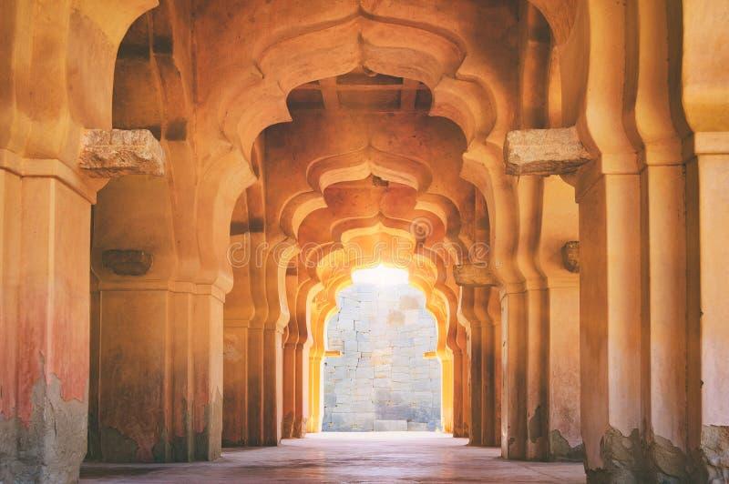 Arco arruinado viejo de Lotus Mahal en Hampi, la India imagen de archivo libre de regalías