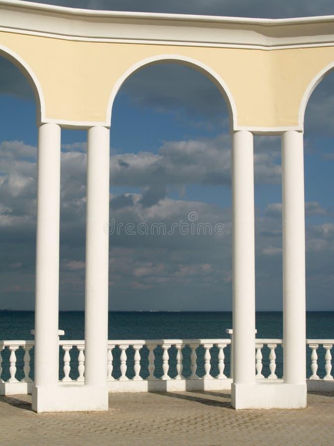 Arco, balaustra e mare fotografie stock
