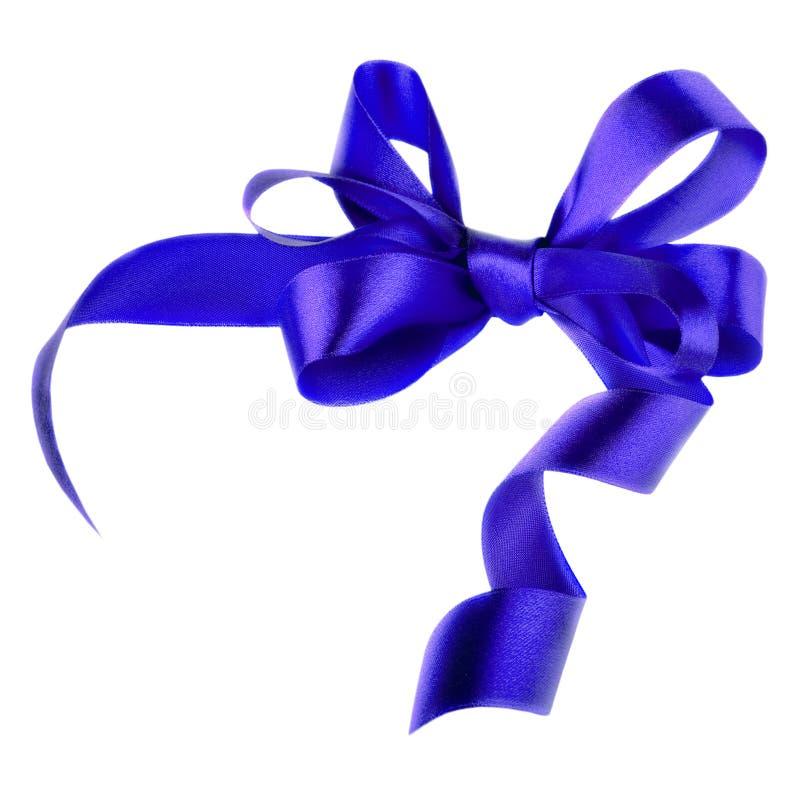 Arco blu del regalo del raso. Nastro. Isolato su bianco fotografia stock libera da diritti