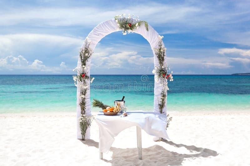 Arco bonito do casamento na praia tropical fotos de stock royalty free