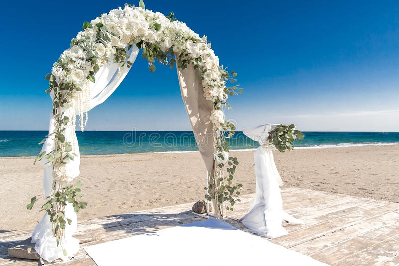 Arco branco grande do casamento na costa do oceano imagens de stock