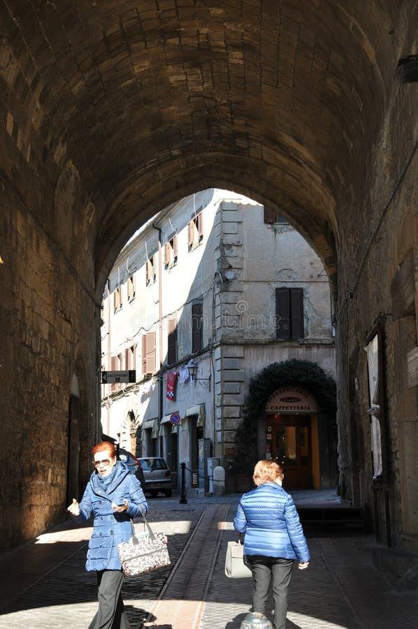 Arco característico na cidade medieval de Tarquinia em Itália central imagem de stock royalty free