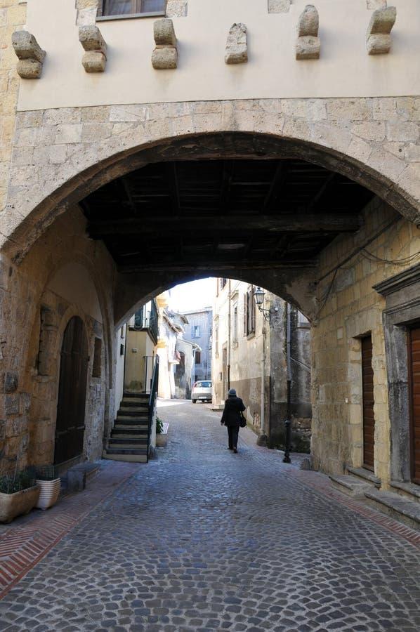 Arco característico na cidade medieval de Tarquinia em Itália central imagens de stock royalty free