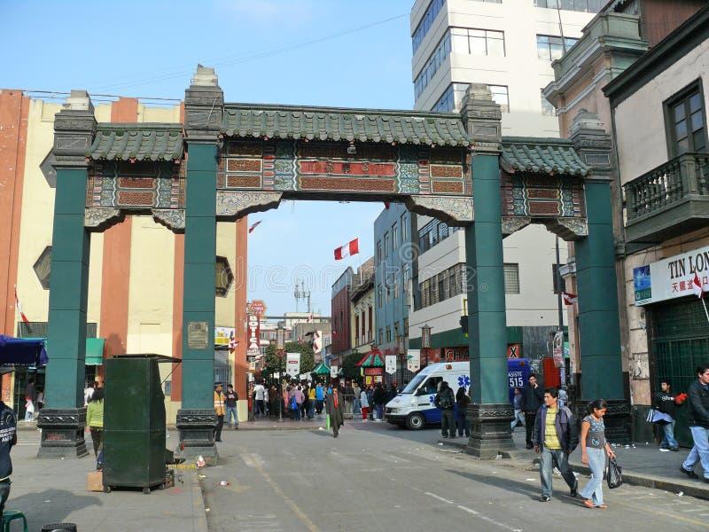 Arco chino en Lima céntrica imagenes de archivo