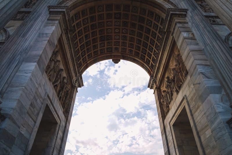 Arco clásico y nubes rápidas fotografía de archivo libre de regalías