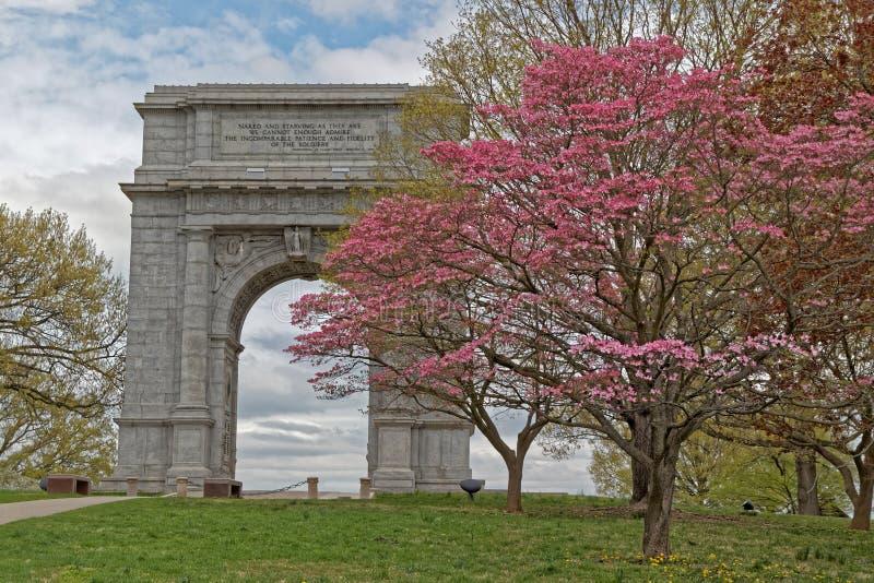 Arco commemorativo nazionale con gli alberi di corniolo fotografia stock