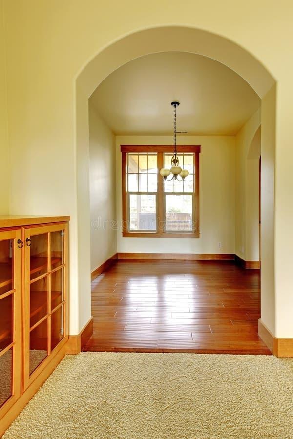 Arco con il gabinetto vuoto di legno e della stanza. Nuovo interno domestico di lusso. fotografia stock libera da diritti