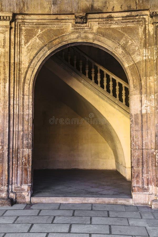 Arco con il lavoro antico dello stucco di moresco a Alhambra fotografia stock libera da diritti
