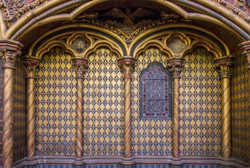 Arco con il simbolo blu dorato e profondo di re di giglio araldico fotografia stock libera da diritti