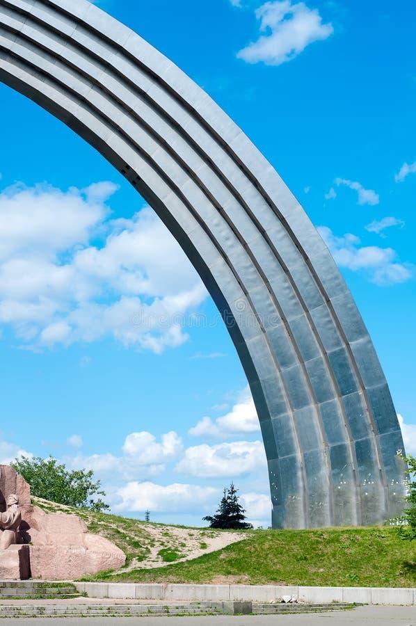 Arco conmemorativo de la amistad de la gente imagen de archivo libre de regalías