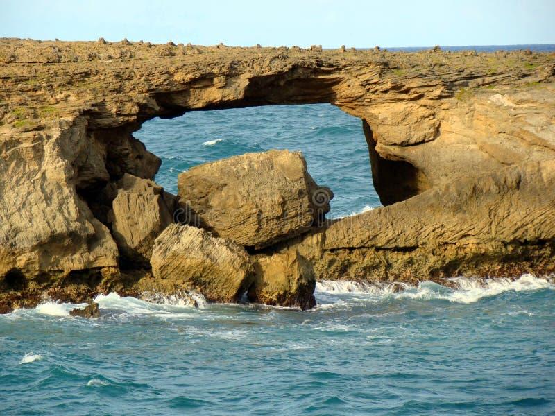 Arco criado por uma onda do tsunami, Oahu do ponto de Laie fotografia de stock royalty free