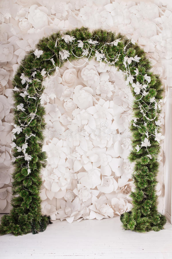 Arco da árvore de Natal entrelaçado com ramos e as folhas congelados fotos de stock