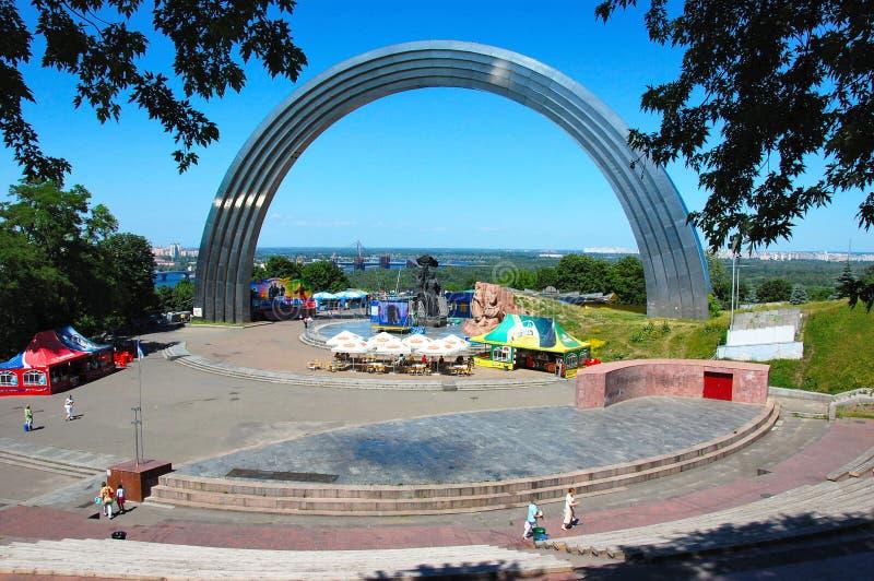 Arco da amizade do pessoa em Kiev foto de stock royalty free