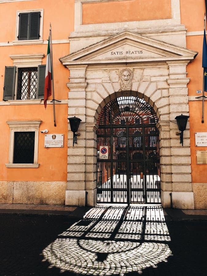Arco da casa velha do renascimento foto de stock