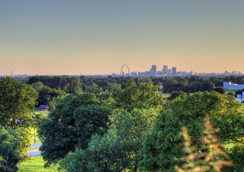 Arco da entrada e skyline de St Louis, Missouri foto de stock