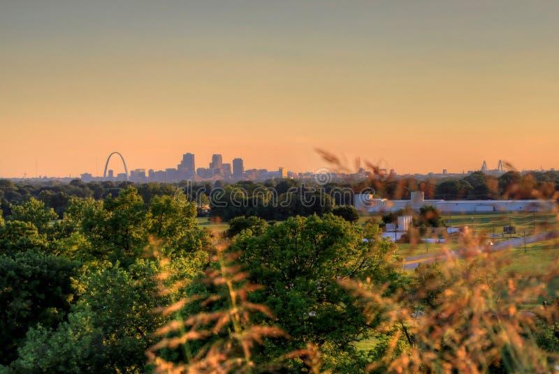 Arco da entrada e skyline de St Louis, Missouri fotografia de stock royalty free