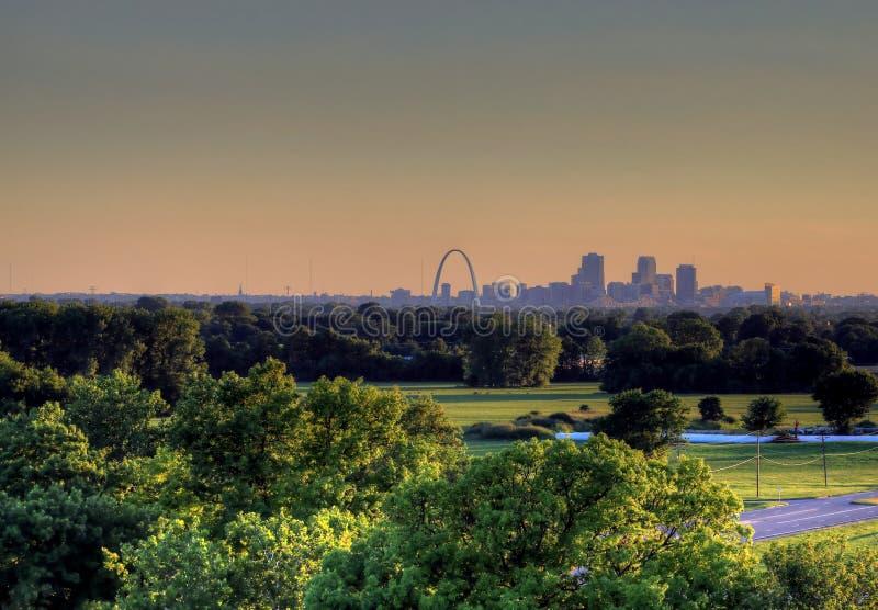 Arco da entrada e skyline de St Louis, Missouri imagem de stock royalty free