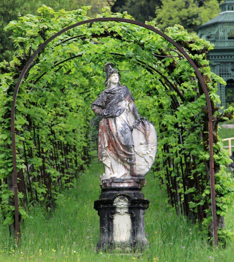 Arco da estátua e da planta fotografia de stock royalty free