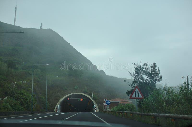 Arco da estrada, túnel na névoa, nas montanhas foto de stock