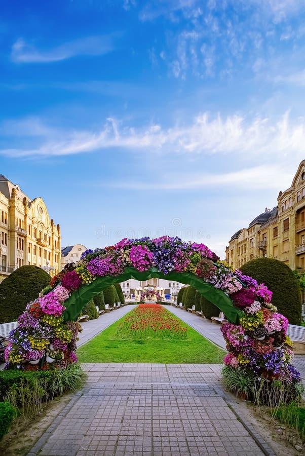 Arco da flor no quadrado imagens de stock