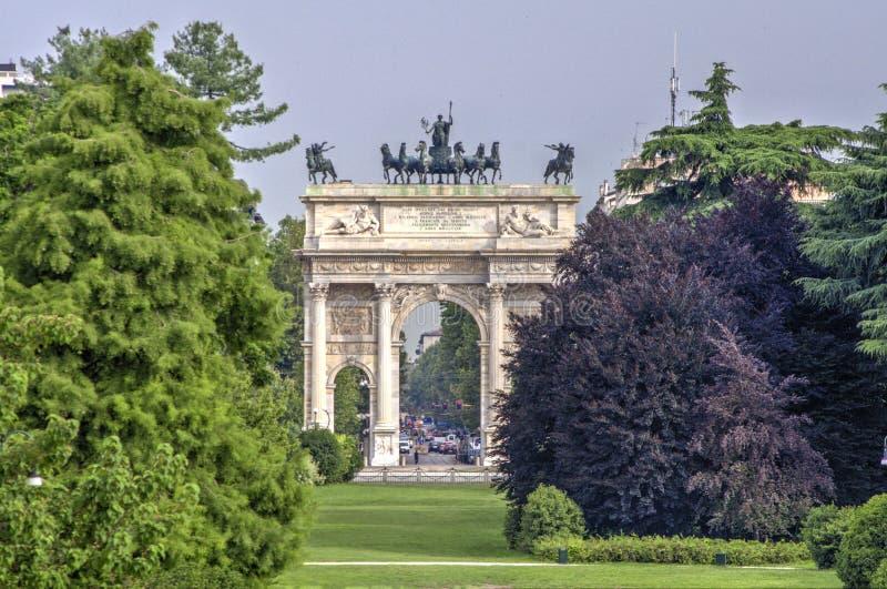Arco da paz da porta de Sempione em Milão, Italy fotos de stock royalty free