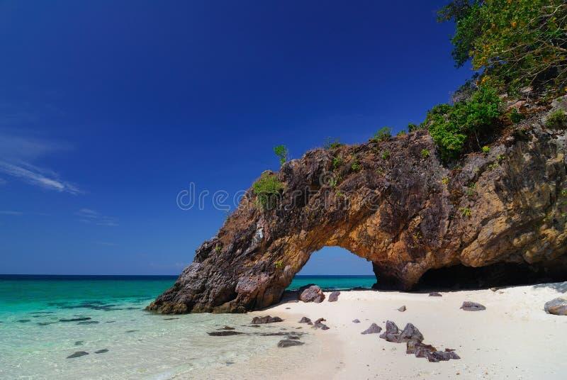 Arco da pedra da natureza do console de Khai, Lipe, Tailândia imagem de stock royalty free