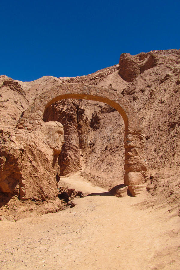 Arco da pedra do deserto de Atacama fotografia de stock