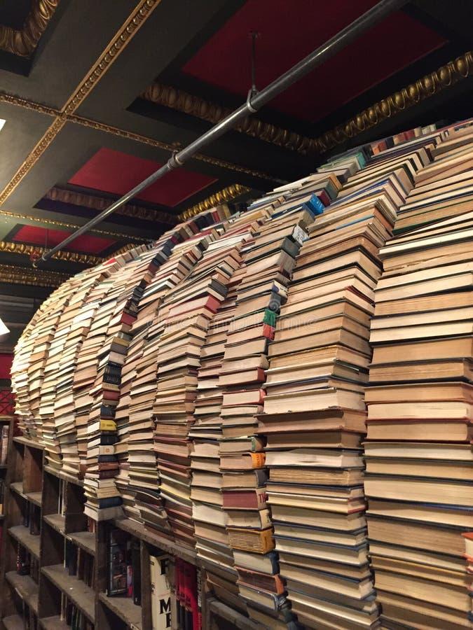 Arco da pilha dos livros imagens de stock