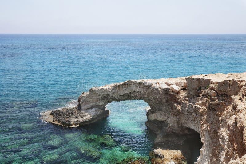 Arco da ponte da rocha do amor Cabo do greco de Cavo, Ayia Napa, Chipre fotografia de stock royalty free