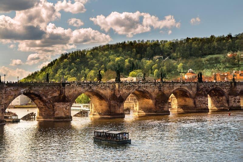 Arco da ponte de Charles Ponte através de Vltava em Praga imagens de stock