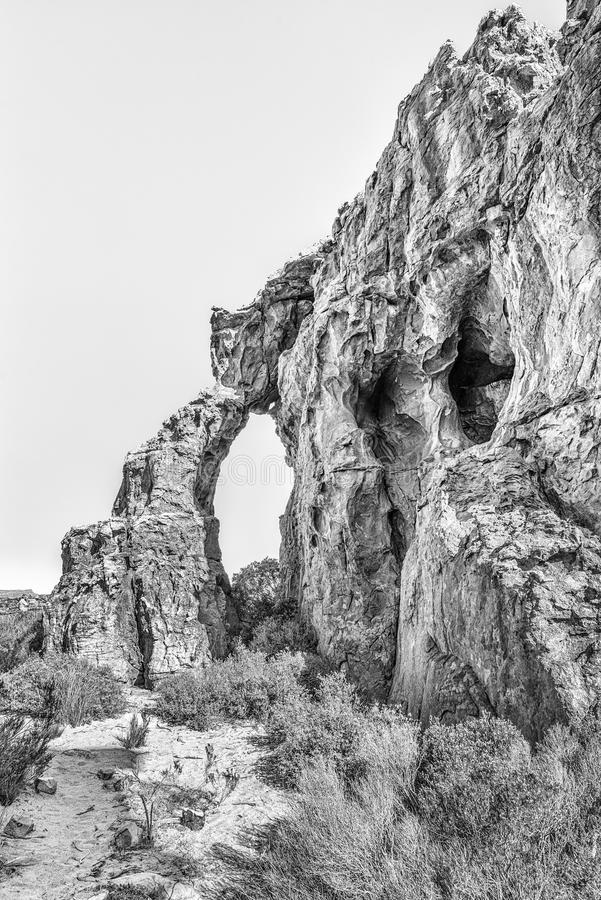 Arco da rocha nas cavernas de Stadsaal no Cederberg monocromático imagem de stock