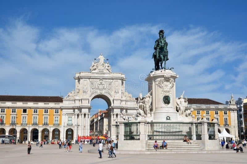 Arco da Rua奥古斯塔在Praca做与何塞I国王纪念碑的Comercio 库存照片