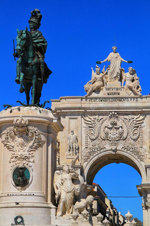 Arco da Rua Augusta e statua di re Joseph a Lisbona immagini stock