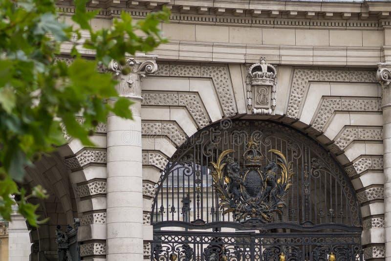 Arco de Admiralty em Londres, Inglaterra - detalhe de porta central e de brasão real imagem de stock