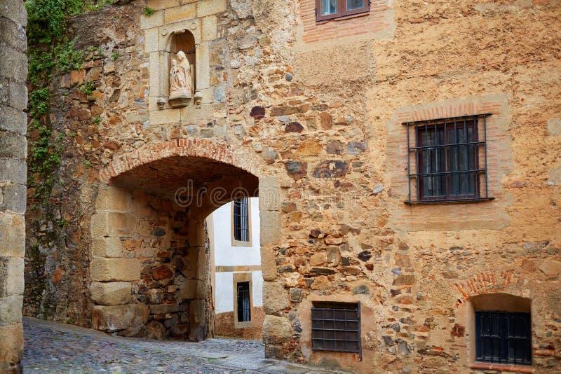 Arco de Arco de Santa Ana en Caceres de España imagen de archivo