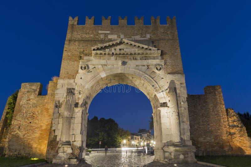 Arco de Augustus na noite em Rimini, Itália foto de stock