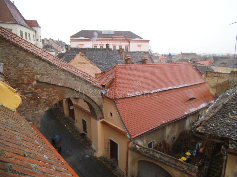 Arco de Bricked sobre a rua em Sibiu fotografia de stock royalty free