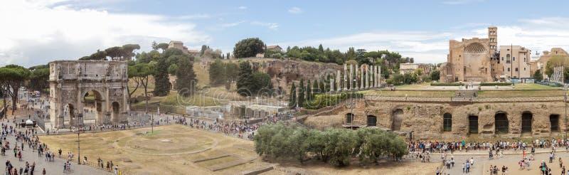 Arco de Constantim e para o panorama do romano fotografia de stock